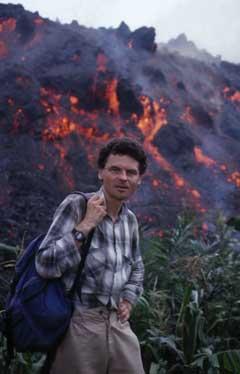 """Jacques-Marie Bardindzeff devant une coulée de lave de type """"aa"""" au Cameroun."""