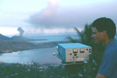 Mesure de la teneur en dioxyde de soufre du panache du Tavurvur en Papouasie-Nouvelle-Guinée à l'aide d'un système Cospec (Correlation spectrometry). De 500 à 1 000 tonnes de dioxyde de soufre étaient émis chaque jour d'août 1996.