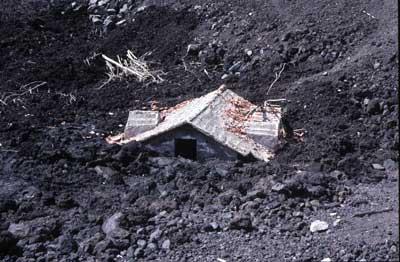 Une maison recouverte par les coulées de lave du volcan l'Etna, en Italie.