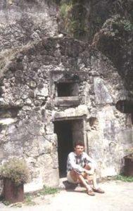 Volcanologie en Martinique. Jacques-Marie Bardintzeff à Saint-Pierre devant le cachot qui sauva la vie de Cyparis lors de la nuée ardente émise par la montagne Pelée le 8 mai 1902 qui fit 28.000 victimes et laissa 2 survivants.
