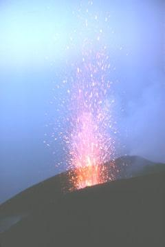 Explosion au volcan Stromboli en Italie, qui a donné son nom au type strombolien.
