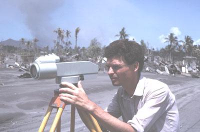 Jacques-Marie Bardintzeff utilisant un géodimètre (éruption du Tavurvur, Papouasie - Nouvelle-Guinée, 1996).