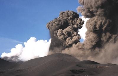 Explosion vulcanienne sur le volcan l'Etna en Italie en novembre 2002.