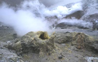 Un dôme de lave visqueFumerolle très riche en soufre (en jaune) s'échappant du volcan Mutnovsky au Kamchatka (Russie).use se met en place dans le cratère de la Soufrière de Saint-Vincent aux Antilles.