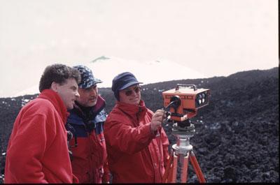 Jacques-Marie Bardintzeff (à gauche) avec Giuseppe Puglisi (au centre) et Biagio Puglisi (à droite) de l'Institut National de Géophysique et Volcanologie de Catane, lors de mesures de distance et de déformation sur l'Etna avec un géodimètre, en avril 2000.