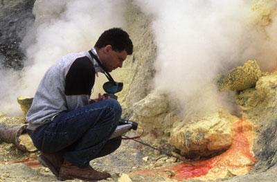 Jacques-Marie Bardintzeff mesure la température des fumerolles soufrées au Kawah Idjen, à Java, en Indonésie.