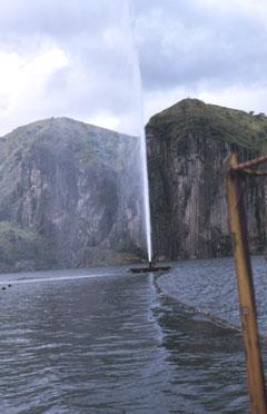 Le lac Nyos au Cameroun a libéré le 21 août 1986 un nuage de gaz carbonique qui a asphyxié 1746 personnes. Aujourd'hui, un système permet un dégazage progressif des eaux profondes du lac.