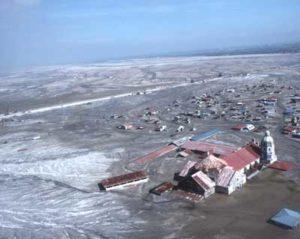 Vue d'hélicoptère de la ville de Bacolor aux Philippines, située à une trentaine de kilomètres du cratère du Pinatubo, recouverte par des lahars après le passage du typhon Mameng le 1er octobre 1995, plus de quatre ans après l'éruption majeure de 1991.