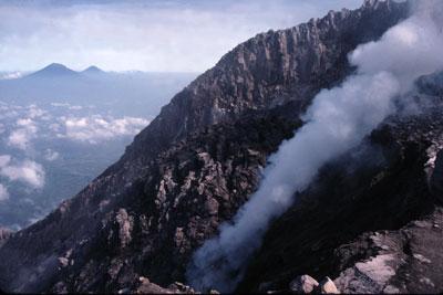 Le dôme sommital du Merapi à Java en Indonésie s'écroule régulièrement. A l'arrière-plan, on distingue, de gauche à droite, les volcans Sumbing et Sundoro et le plateau de Dieng.