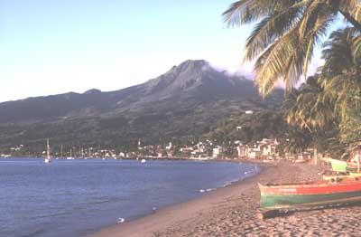 """Le volcan """"la montagne Pelée"""" en Martinique (en arrière plan) siège d'une nuée ardente, qui fit 28 000 victimes, le 8 mai 1902, a donné son nom au type péléen."""