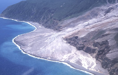 """Le volcan Soufriere Hills, dans l'île de Montserrat aux Antilles, est en éruption depuis 1995. Les dépôts de nuées ardentes, canalisés par le lit de la """"Tar River"""", ont formé de véritables deltas sur la mer des Caraïbes."""