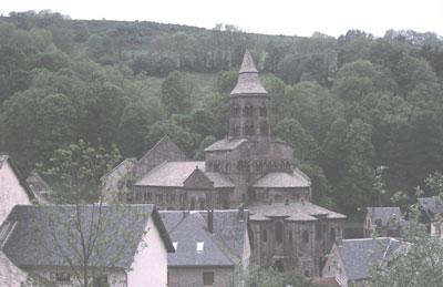 La cathédrale d'Orcival en Auvergne construite en pierres volcaniques noires.