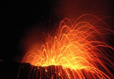 Explosion nocturne au piton Kapor (Piton de la Fournaise, île de la Réunion), avril 1998.