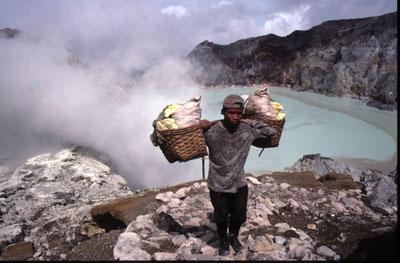 Un porteur de soufre au volcan Kawah Idjen en Indonésie.