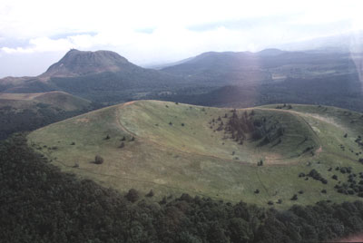 Volcans en France : le Puy de Dôme (au fond) et de Côme (au premier plan).