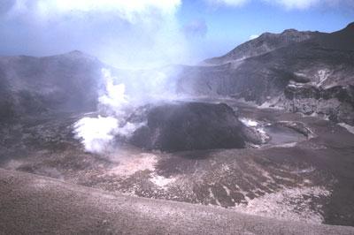 Un dôme de lave visqueuse se met en place dans le cratère de la Soufrière de Saint-Vincent aux Antilles.