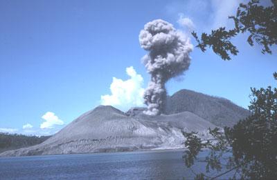 Le Tavurvur vu de Matupit en Papouasie-Nouvelle-Guinée.