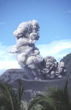 Volcan Tavurvur (Papouasie - Nouvelle-Guinée).