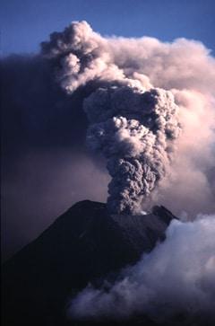 Le volcan Tungurahua (5 016 mètres) en Equateur, en éruption le 1er novembre 1999.