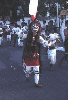 Le volcan est encore déifié de nos jours comme lors de cette procession en Indonésie.