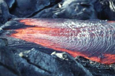 Coulée de lave à Hawaii, mimant un amas de cordes (lave cordée).