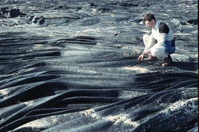 Coulée de lave figée en amas de corde (lave cordée) de grande ampleur (Hawaii).
