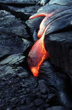 Front d'une coulée fluide, si la surface de la lave a commencé à refroidir (en noire) en dessous, la lave reste en fusion.