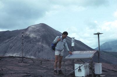 Une station de surveillance volcanique au pied du Yasour au Vanuatu. De gauche à droite : un pluviomètre, un séismographe et une sonde thermique. Un panneau solaire permet d'alimenter les batteries.