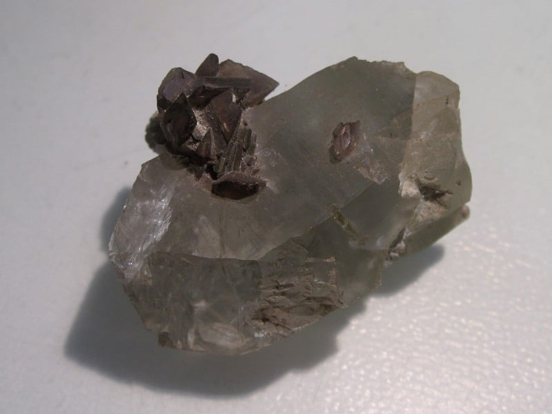 Axinite sur Quartz, La Balme d'Auris, Oisans, Isère.
