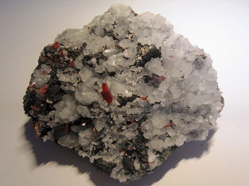 Cristaux de réalgar, quartz et chalcopyrite, minéraux de Roumanie.