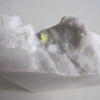 Soufre sur marbre blanc des carrières de Carrare, Italie.