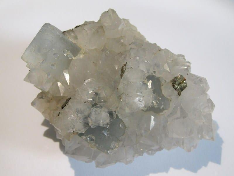 Fluorine bleue et cristaux de quartz, mine de Montroc à Mont-Roc, Tarn.