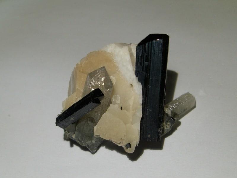 Ilvaïte, calcite et quartz, Boron Quarry, Dalnegorsk, Russie.