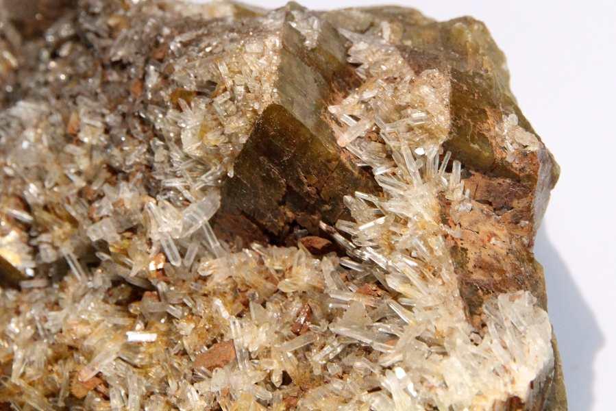 Cristaux de quartz sur sidérite, mine de La Taillat, Allevard, Isère.