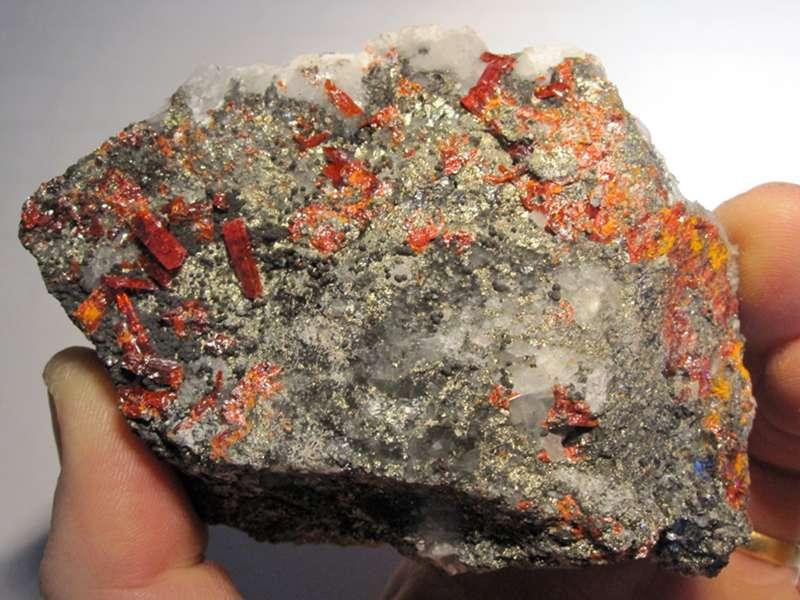 Réalgar, quartz et chalcopyrite, minéraux de Roumanie.