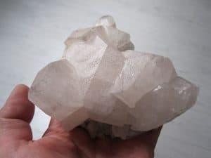 Calcite sur cristaux de quartz, cristallière de Maronne, Oisans, Isère.