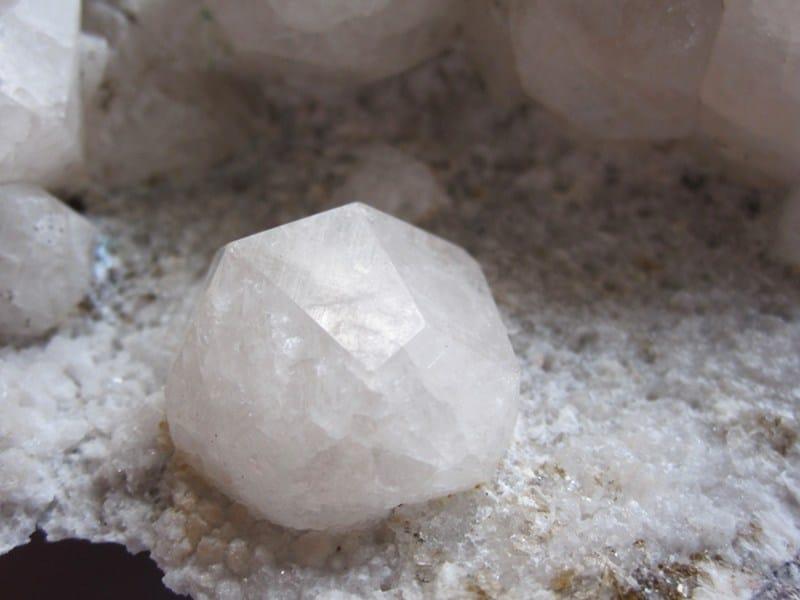 Cristal d'analcime de l'Aveyron (Port d'Agrès).