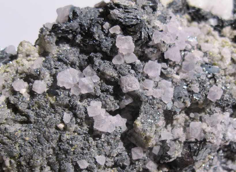 Fluorine violette et hématite, massif du Mont-Blanc, Haute-Savoie.