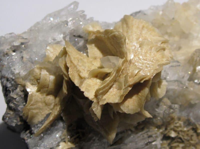 Sidérite et dolomite sur cristaux de quartz, mine des Rioux, La Mure, Isère.