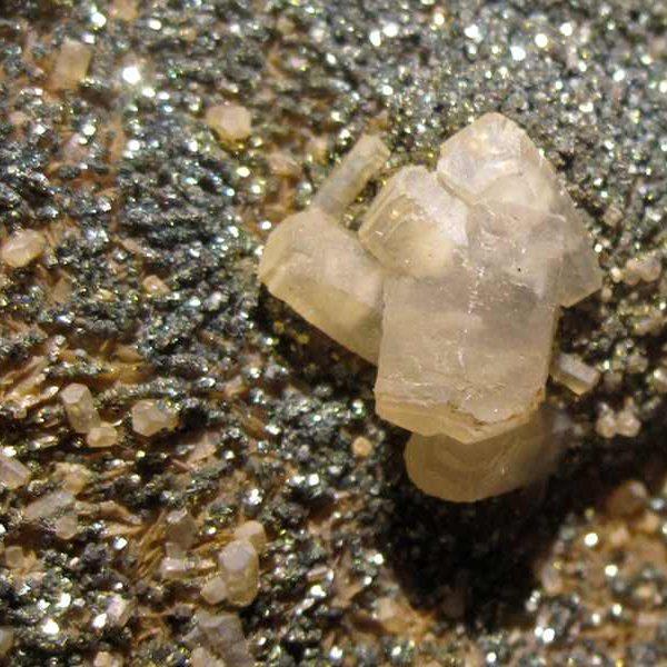 """Pyrite """"brûlée"""" et Calcite, mine de Peyrebrune, Tarn."""