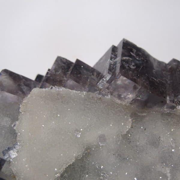 Fluorine bleue sur cristaux de quartz, mine de L'Avellan, Var.