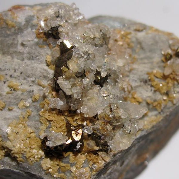 Chalcopyrite et quartz, Villefranche de Rouergue, Aveyron.