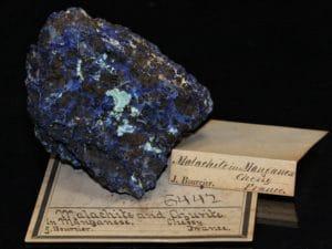 Ténorite (mélaconite) et azurite, mine de Chessy, Rhône.