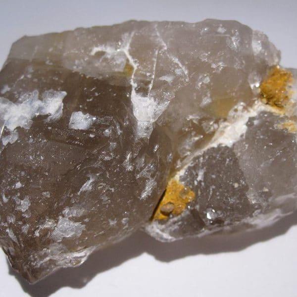 Bertrandite sur quartz, mine de La Villeder, Morbihan, Bretagne.