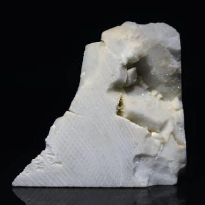 Cristaux de soufre sur marbre blanc de Carrare, Italie.