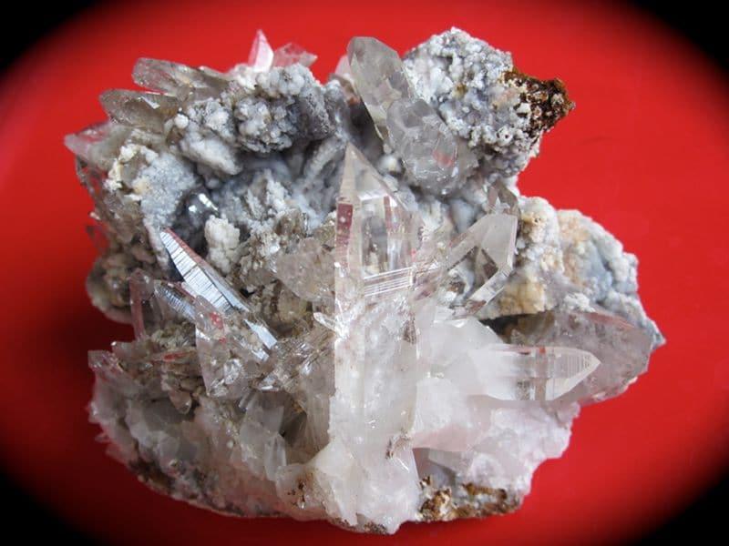 Smithsonite sur cristaux de quartz, Vaulnaveys, Isère.