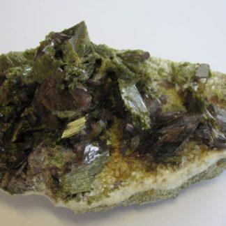 Axinite et épidote, Chamrousse, Oisans, Isère.
