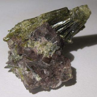 Axinite et épidote de Chamrousse dans l'Oisans en Isère.
