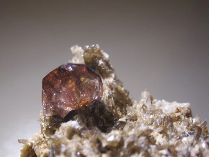 Axinite et épidote, filon Ottone, La Léchère, Savoie.