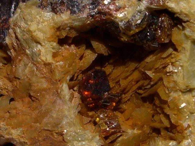 Sphalérite (blende) sur sidérite de la Mure, Isère.